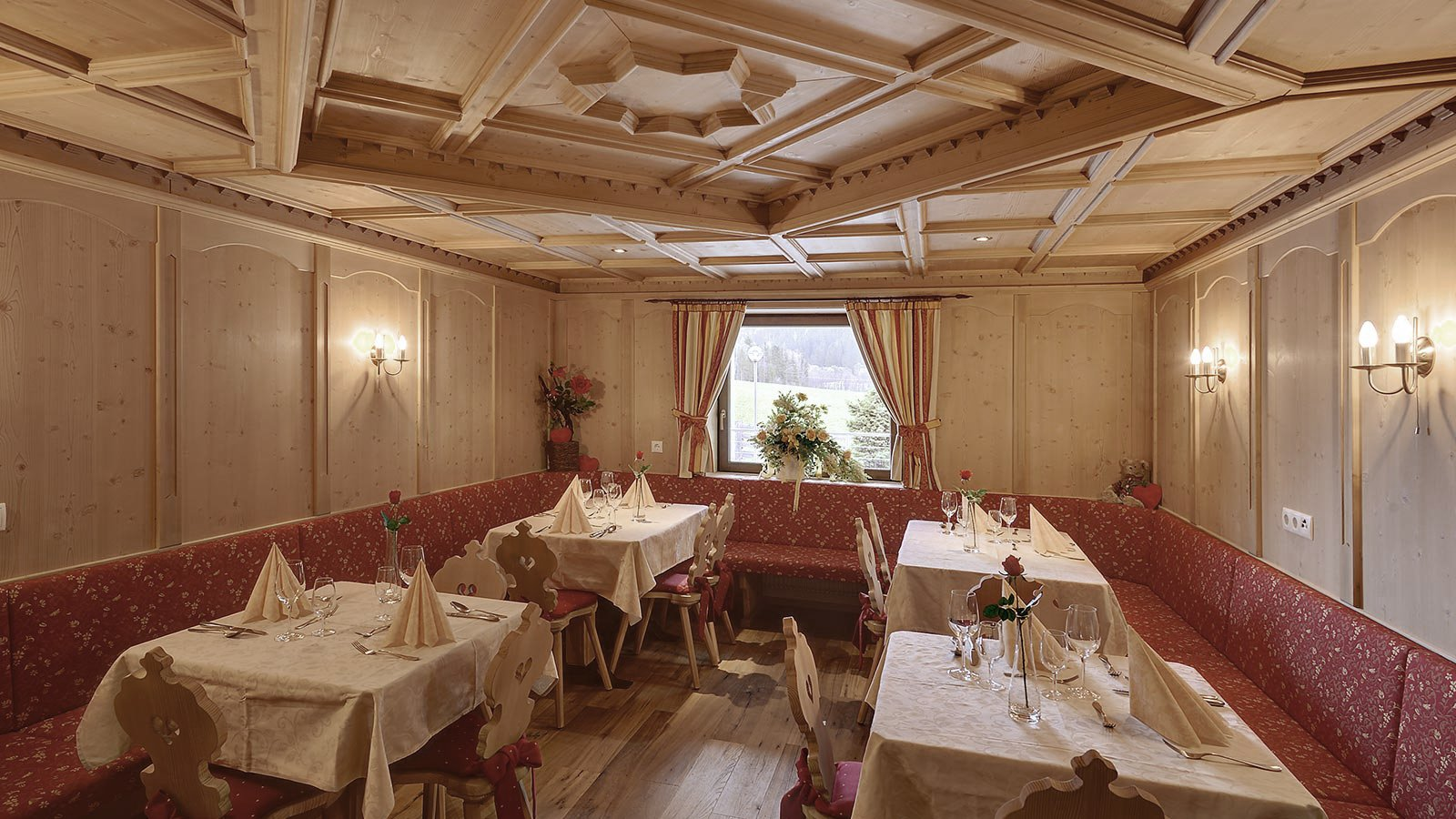 eleganter Speisesaal des Hotels Tyrol in Gsies