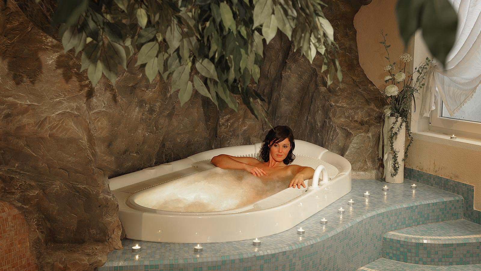 a lady in a whirlpool of the Hotel Tyrol in Gsies